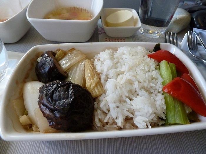 comida de aviao emirates
